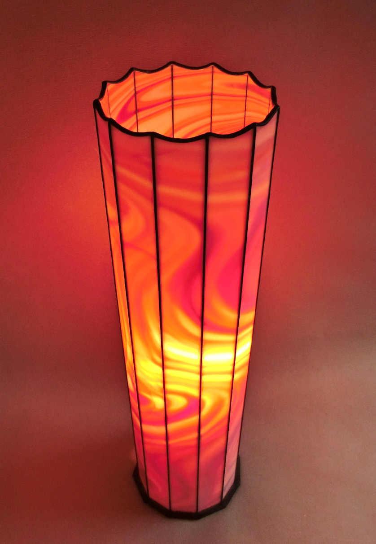 die leuchtende Saeulenlampe Rotes Feuer von vorne fotografiert